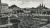 V prvních letech plzeňských trolejbusů byl provoz zajišťován výhradně trolejbusy 3 Tr. Dva z nich se právě míjí na dnešním Wilsonově mostě. - 1952