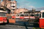 Na odstavné ploše v Presslově ulici jsou zachyceny vyřazené trolejbusy 14 Tr 0. série (např. ev.č. 340 (celé červené čelo, čtvrtý zprava), 346 (druhý zprava), 347 (třetí zprava),...) spolu s 9 Tr č. 327. - 1988/9