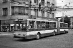 Trolejbus ev.è. 501 (pozdìji 414) ve zkušebním provozu bez cestujících projíždí køižovatkou u mrakodrapu. - 14.9.1987