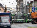Škoda 21 Tr ACI ev.č. 489 projíždí kolem výkopu v Tylově ulici (všimněte si značného vyosení sběračů). - 5.7.2011