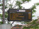 Pohled na panel inteligentní zastávky s piktogramem vozu značícím, že spoj je právě v zastávce (všimněte si i zobrazení spoje linky 27, který v této zastávce končí). - 13.5.2012