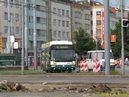 V druhý den odklonu zatáčí 24 Tr ev.č. 498 z Americké do Mikulášské. V popředí si všimněte, postupného odstraňování kolejí. - 1.7.2012