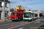 Škoda 24 Tr ev.č. 502 na lince 13 objíždí pomocí dieselagregátu montážní plošinu v Doudlevecké ulici. - 5.10.2013