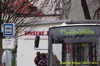Panel trolejbusu oznamuje postaru CAN, Husova, zatímco na označníku už je nová verze bez čárky, tedy CAN Husova. - 29.11.2013