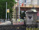 Kabely jsou přes most vedeny po dočasné konstrukci. - 19.8.2013