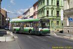 Na odklonovou trasu do Husovy ulice zatáčí vůz 489. - 13.7.2013