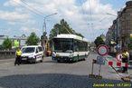 Na Wilsonův most ode dneška mohou jen vozy MHD a linkové dopravy. Na dodržování zákazu dohlíží městská policie, jak dokazuje i snímek s vozem 508. - 15.7.2013