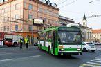 Pøendavání sbìraèù na správnou stopu u trolejbusu 14 TrM ev.è. 453 v køižovatce U Práce. - 13.11.2015