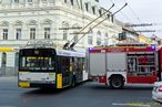 Škoda 27 Tr ev.è. 541 po obnovení provozu opatrnì objíždí zasahující hasièe. - 13.11.2015