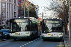 Kvùli poškozenému trolejovému vedení byl provoz zajištován jen trolejbusy s dieselagregátem. Odstavený vùz 536 v ulici Edvarda Beneše objíždí 528. - 26.12.2015