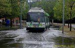 Vùz 481 projíždí zaplavenou ulicí U Borského parku. - 16.8.2015